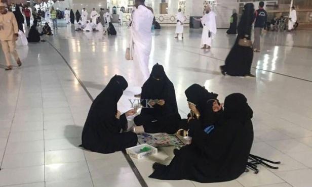 4-women-playing-card-in-haram-1 saudi